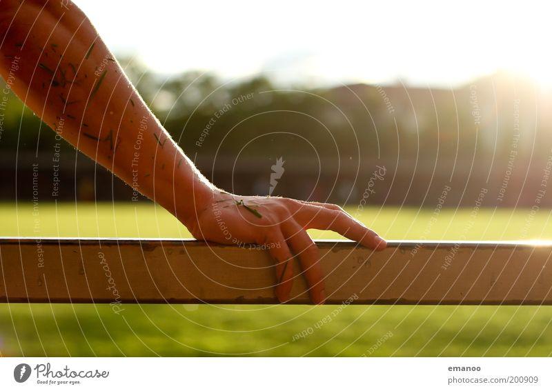 grasarm Sonne Sportstätten Fußballplatz Mensch maskulin Arme Hand Finger 1 Gras festhalten nass Wärme Kraft Geländer Metall feucht Unterarm Farbfoto mehrfarbig