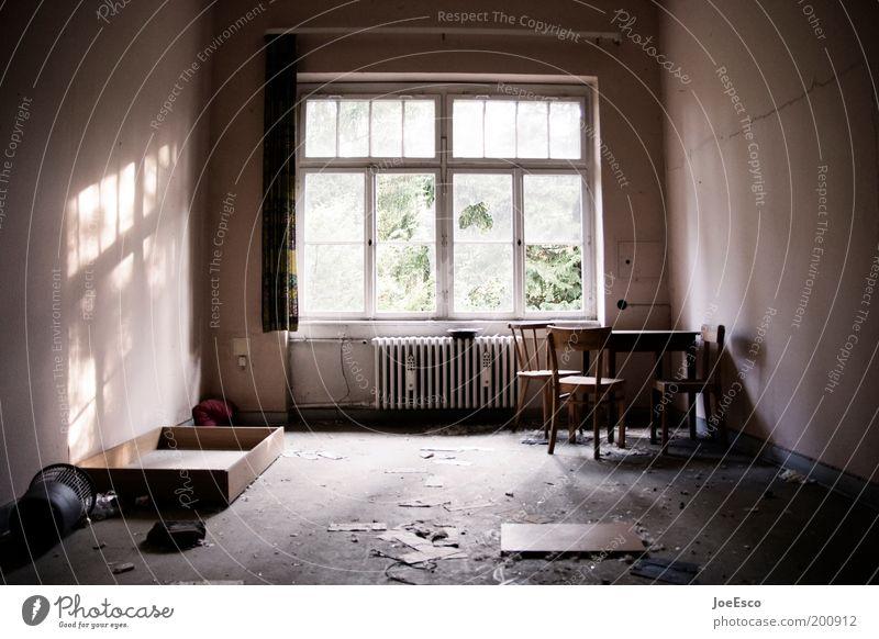 schöner wohnen... Häusliches Leben Wohnung Innenarchitektur dunkel eckig einfach kalt kaputt trashig Wohnzimmer chaotisch Armutsgrenze Farbfoto Gedeckte Farben
