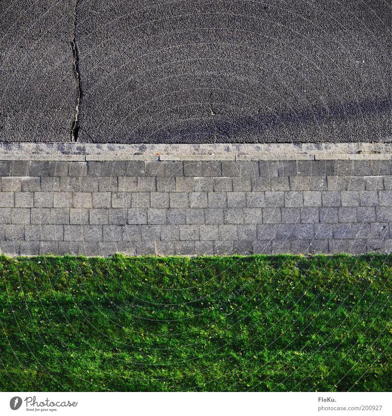 Dreiteilung Natur Gras Wiese Verkehrswege Straße Wege & Pfade grau grün Ordnung Bürgersteig Rasen Straßenbelag Riss Bodenplatten Linie übersichtlich Farbfoto