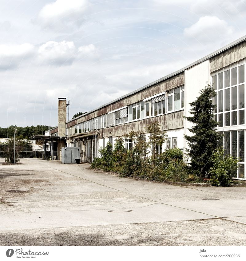 Industrieromantik Fabrik Handel Mittelstand Himmel Wolken Pflanze Haus Industrieanlage Platz Bauwerk Gebäude Architektur industriell Werkhof Farbfoto