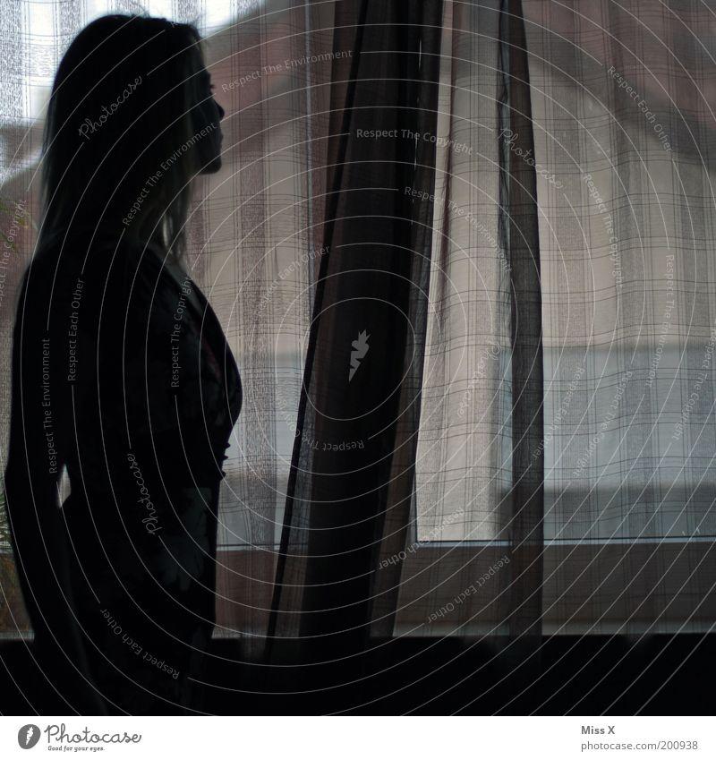 sch*** Wetter draußen ! Mensch Jugendliche Einsamkeit Gefühle Traurigkeit Stimmung warten Erwachsene Hoffnung geheimnisvoll Vorhang Erwartung Frau Sorge