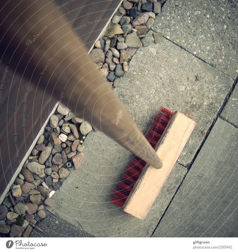 alles schick macht der mai Garten Stein Ordnung Pause Sauberkeit Häusliches Leben Reinigen Dienstleistungsgewerbe Bürgersteig Arbeit & Erwerbstätigkeit Vogelperspektive Gartenarbeit fleißig Kieselsteine Besen