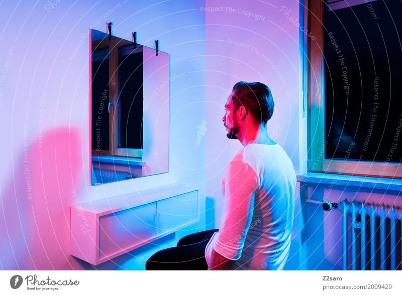 Home sweet home Jugendliche blau schön Junger Mann rot Einsamkeit 18-30 Jahre Erwachsene kalt Lifestyle Stil Denken Design Wohnung Häusliches Leben träumen
