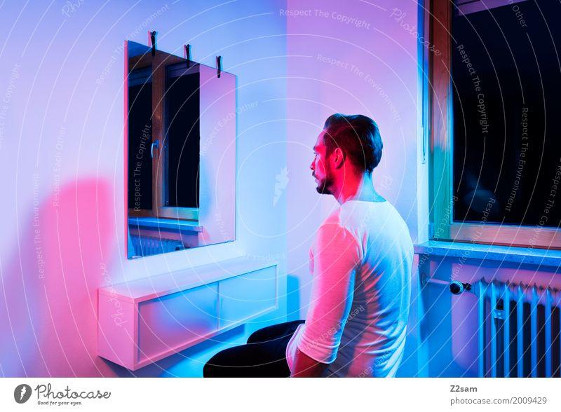 Home sweet home Lifestyle elegant Stil Häusliches Leben Wohnung Junger Mann Jugendliche 18-30 Jahre Erwachsene T-Shirt brünett kurzhaarig Denken Blick träumen