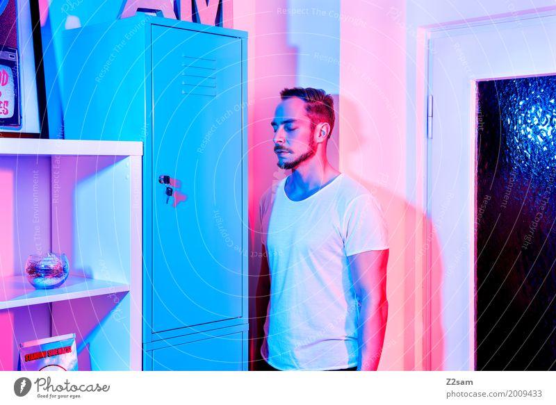 HOME SWEET HOME Lifestyle elegant Stil Häusliches Leben Wohnung Innenarchitektur maskulin Junger Mann Jugendliche 18-30 Jahre Erwachsene T-Shirt brünett stehen