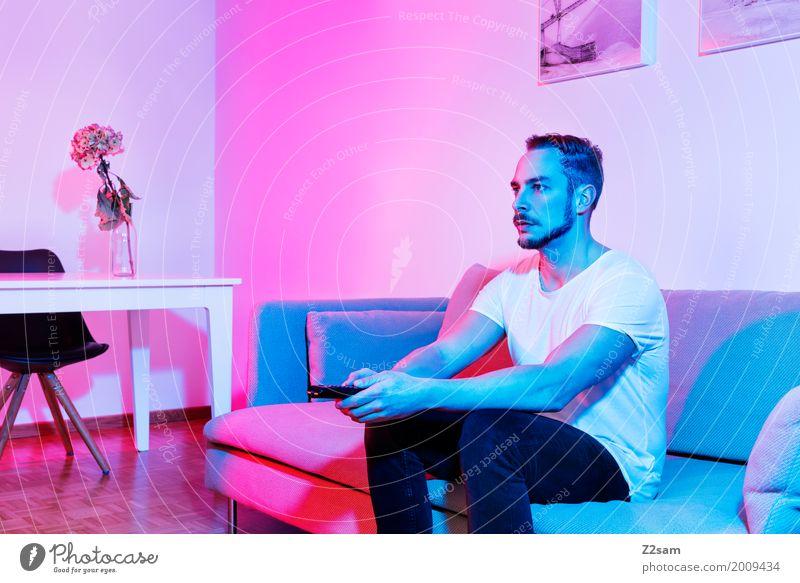 Home sweet home Jugendliche blau Junger Mann rot Einsamkeit Haus 18-30 Jahre Erwachsene kalt Lifestyle Innenarchitektur Stil rosa Wohnung Häusliches Leben