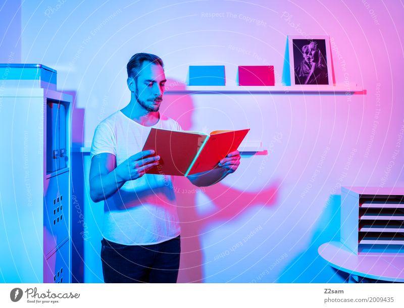 Home sweet home Jugendliche blau Junger Mann 18-30 Jahre Erwachsene Lifestyle Innenarchitektur Stil Denken rosa Design Wohnung Häusliches Leben träumen Büro