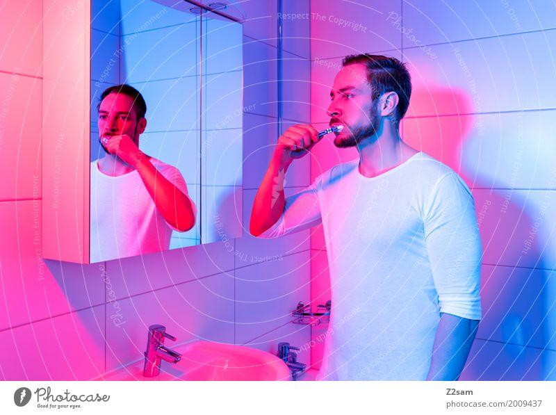 Home sweet home Lifestyle elegant Stil Häusliches Leben Wohnung Spiegel Bad Junger Mann Jugendliche 18-30 Jahre Erwachsene T-Shirt brünett stehen träumen