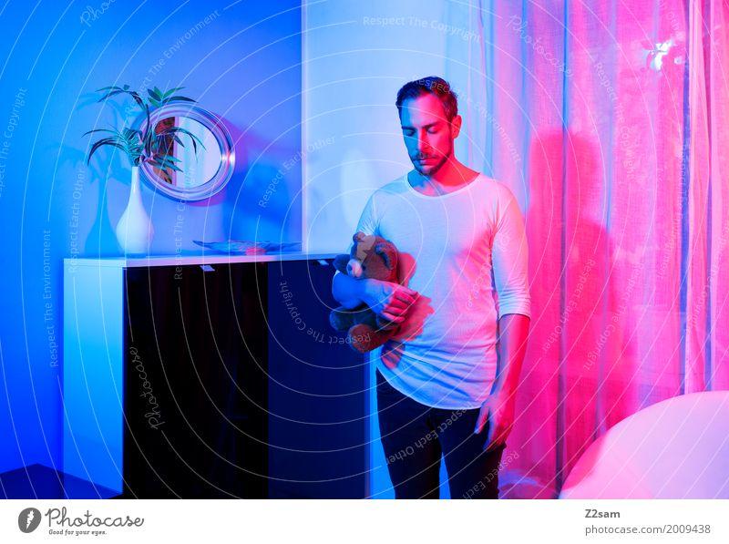 Home sweet home Jugendliche blau Junger Mann ruhig 18-30 Jahre Erwachsene Lifestyle Innenarchitektur Stil rosa Design Wohnung Häusliches Leben träumen