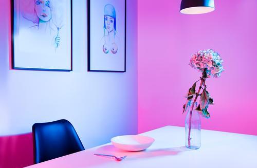 Stil Kunst Ausstellung Architektur Vase Tisch Stuhl Gemälde Bild Lampe elegant Kitsch modern Sauberkeit blau rosa Design Einsamkeit Farbe Inspiration