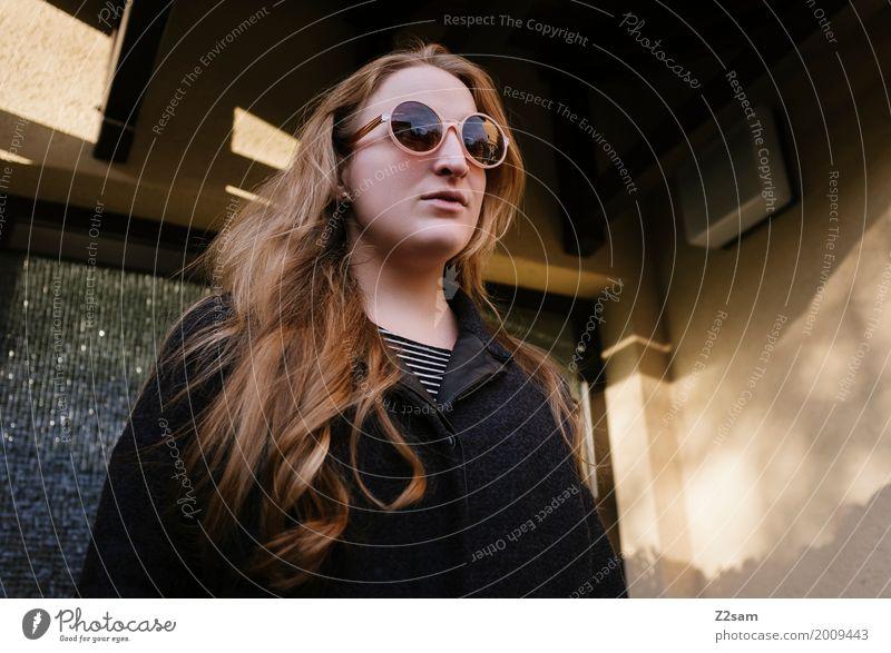 Die ersten Sonnenstrahlen Lifestyle elegant Stil feminin Junge Frau Jugendliche 18-30 Jahre Erwachsene Herbst Schönes Wetter Stadt Mode Mantel Sonnenbrille
