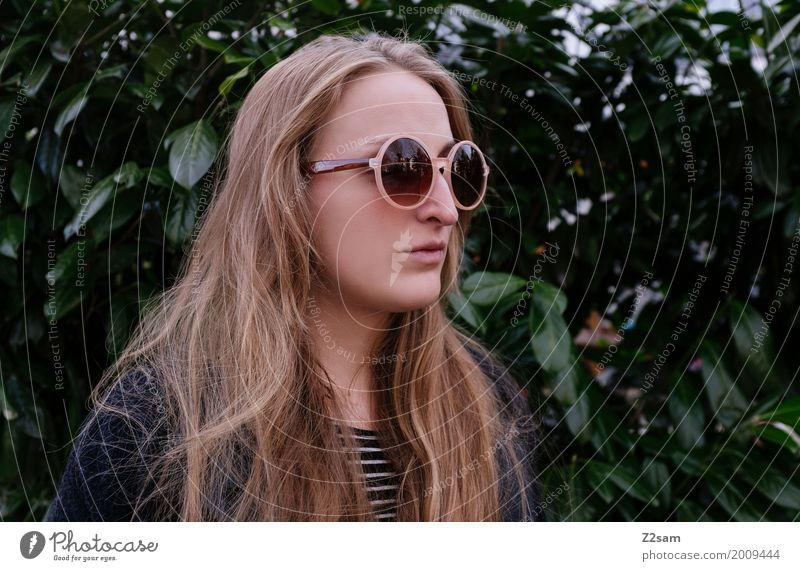 Hippie(ster) Lifestyle elegant Stil feminin Junge Frau Jugendliche 18-30 Jahre Erwachsene Natur Herbst Sträucher Mantel Sonnenbrille blond langhaarig beobachten