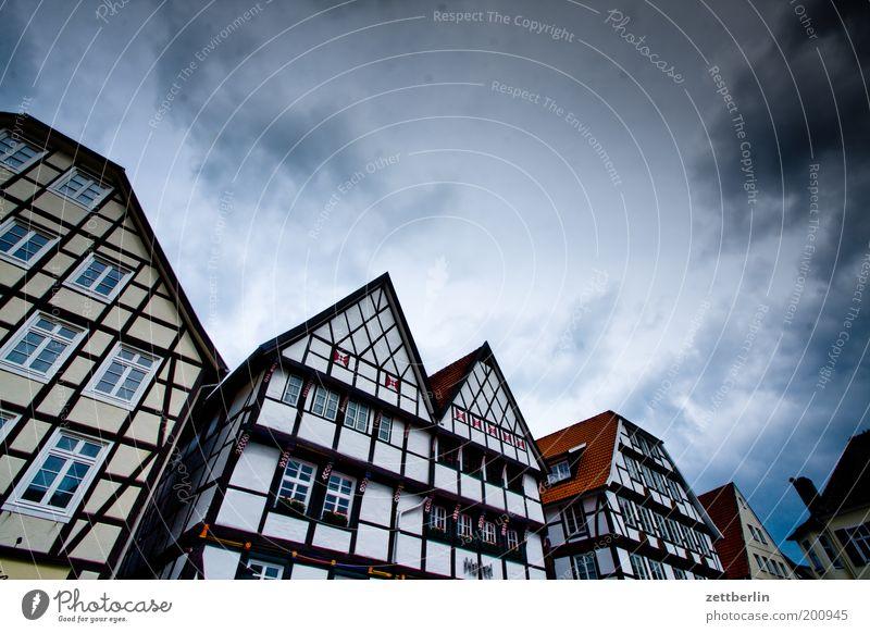Vreithof Fachwerkfassade Fachwerkhaus Haus Mittelalter Dachgiebel Fassade Markt Marktplatz Platz Stadt Kleinstadt Tradition Fenster Himmel dramatisch Dramatik