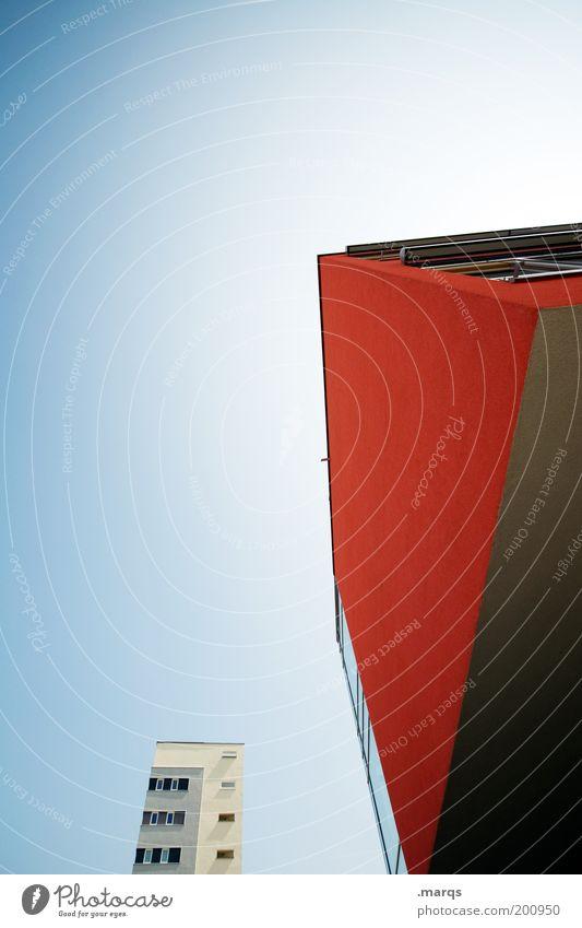 Rote Front rot Architektur Fassade Hochhaus modern Perspektive verfaulen aufwärts eckig Blauer Himmel Stadthaus Wolkenloser Himmel Neubau aufstrebend