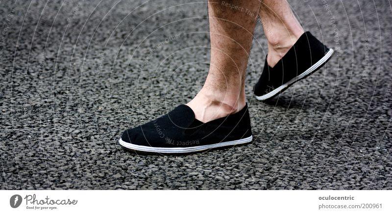 den Weg gehen alt Sommer ruhig Beine Fuß Schuhe warten laufen maskulin Behaarung stehen Asphalt China flach Gefäße geduldig