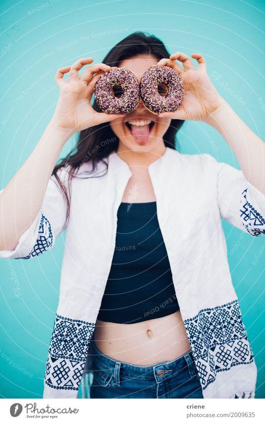 Junge Frau, die das lustige Gesicht hält Schaumgummiringe in den Händen zieht Lebensmittel Kuchen Dessert Süßwaren Schokolade Essen Lifestyle Freude feminin
