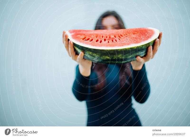 Frau, die Wassermelone in den Händen hält Lebensmittel Frucht Ernährung Essen Diät Lifestyle Sommer Mensch feminin Junger Mann Jugendliche Erwachsene Hand