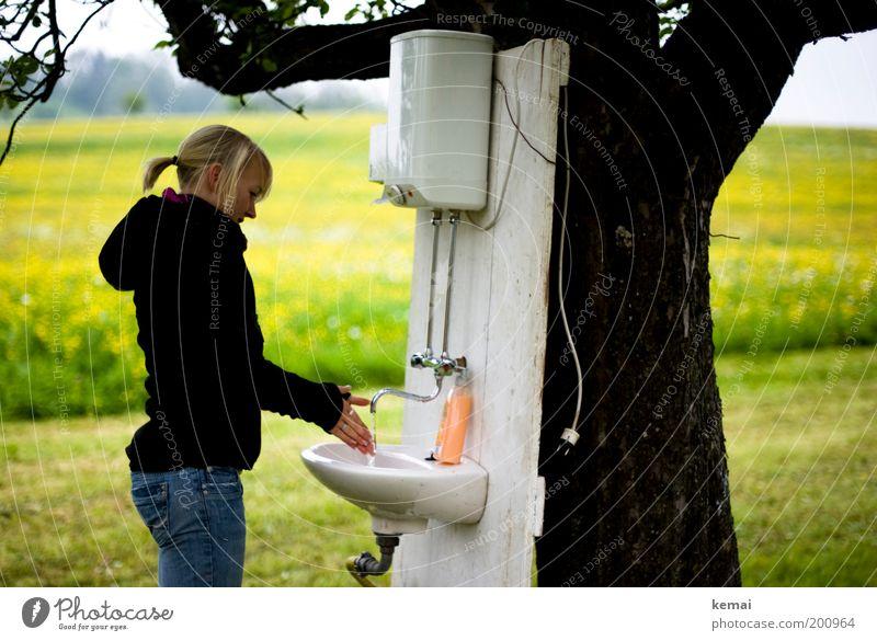 Hände waschen (Landliebe) Mensch Natur Jugendliche Hand Baum Pflanze Erwachsene Umwelt Landschaft Wiese feminin Gras außergewöhnlich Junge Frau 18-30 Jahre stehen