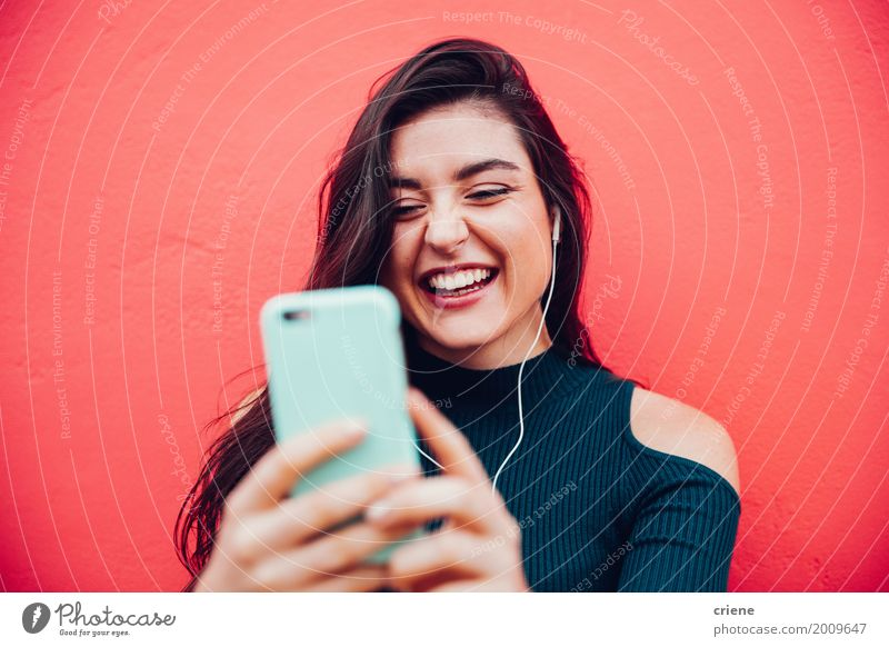 Junge glückliche Frau, die Videoanruf mit intelligentem Telefon tut Lifestyle Freude Musik sprechen Handy Technik & Technologie Unterhaltungselektronik