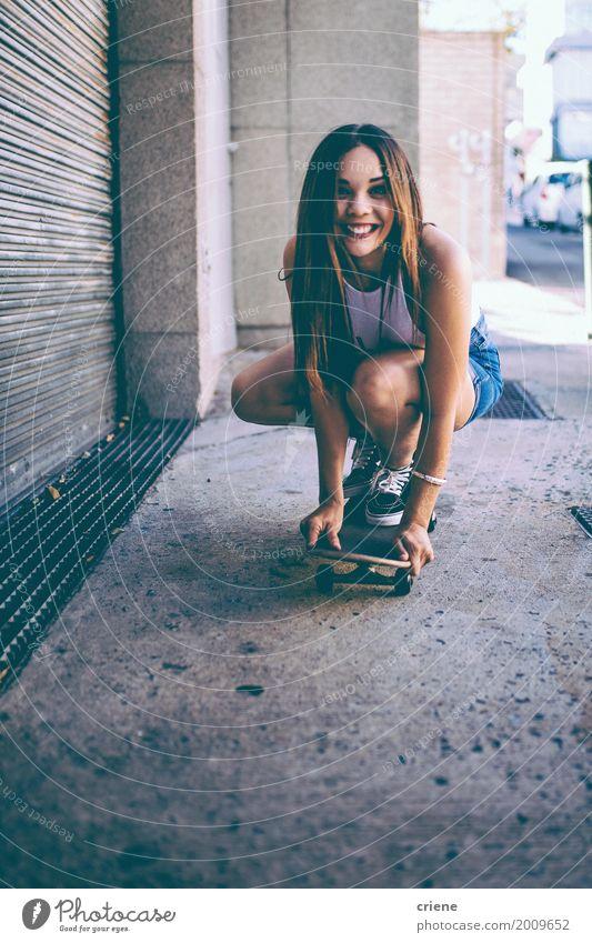 Glückliches weibliches Reitrochenbrett in der Straße Frau Jugendliche Sommer Junge Frau Freude 18-30 Jahre Erwachsene Lifestyle lustig Sport feminin Freiheit