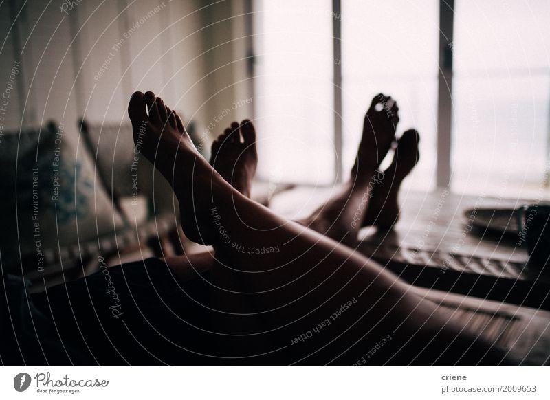 Nahaufnahme von Füßen auf Tabelle von netten Paaren Lifestyle Erholung Freizeit & Hobby Häusliches Leben Wohnung Haus Möbel Sofa Tisch Wohnzimmer Mensch Partner