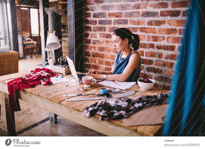 Junge busineswoman, die an Laptop am Schreibtisch im Büro arbeitet Kaffee Lifestyle Handarbeit Arbeit & Erwerbstätigkeit Beruf Arbeitsplatz Fabrik Post Business