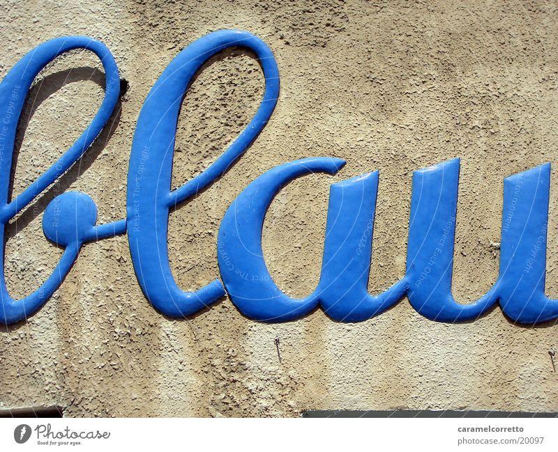 die Farbe blau blau Wand Schriftzeichen Buchstaben Dinge Typographie Wort