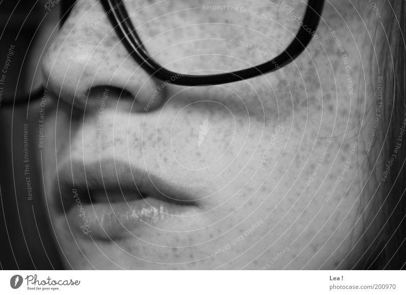 Brillenträger feminin Gesicht Sommersprossen 1 Mensch Denken ruhig Bildung Lippen Nase Mund Schwarzweißfoto Innenaufnahme Tag Frauenmund Frauennase