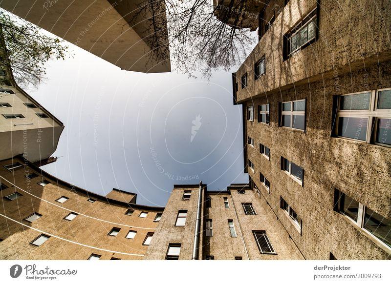 Hinterhof mit Blick in den Himmel X trist Textfreiraum unten Textfreiraum links mehrfarbig immobilie hauskauf Immobilienmarkt Ferien & Urlaub & Reisen Tourismus