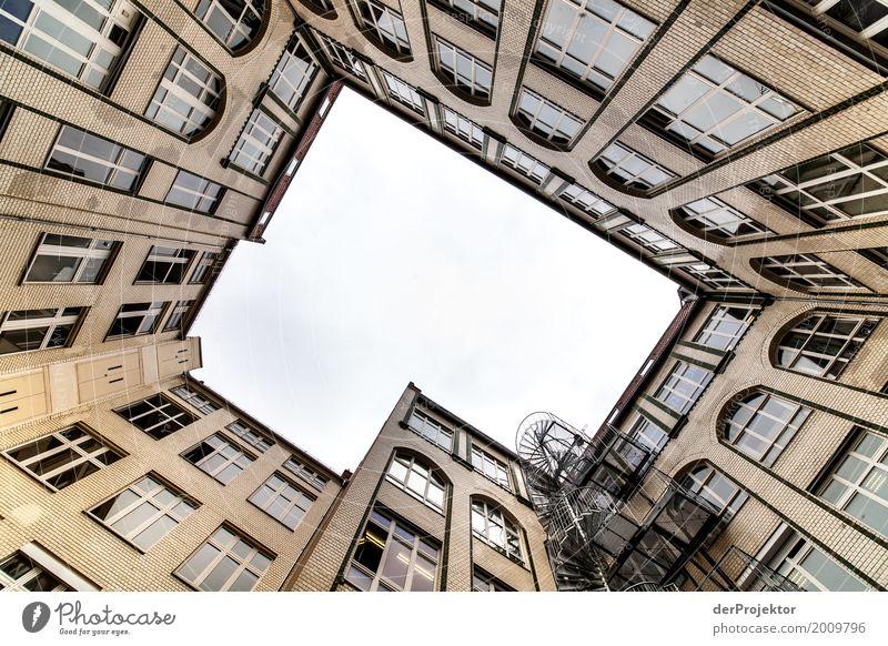 Hinterhof mit Blick in den Himmel XII trist Textfreiraum unten Textfreiraum links mehrfarbig immobilie hauskauf Immobilienmarkt Ferien & Urlaub & Reisen