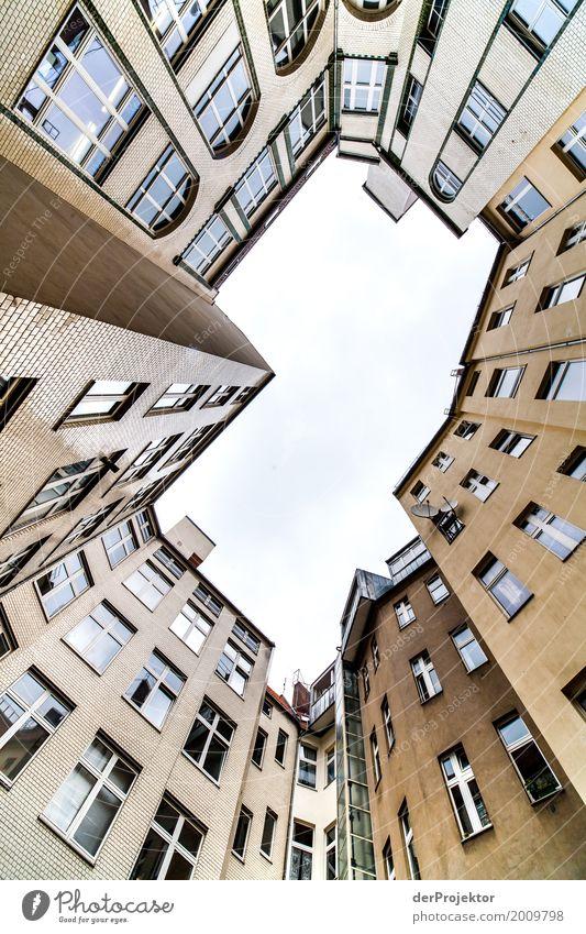 Hinterhof mit Blick in den Himmel IV trist Textfreiraum unten Textfreiraum links mehrfarbig immobilie hauskauf Immobilienmarkt Ferien & Urlaub & Reisen