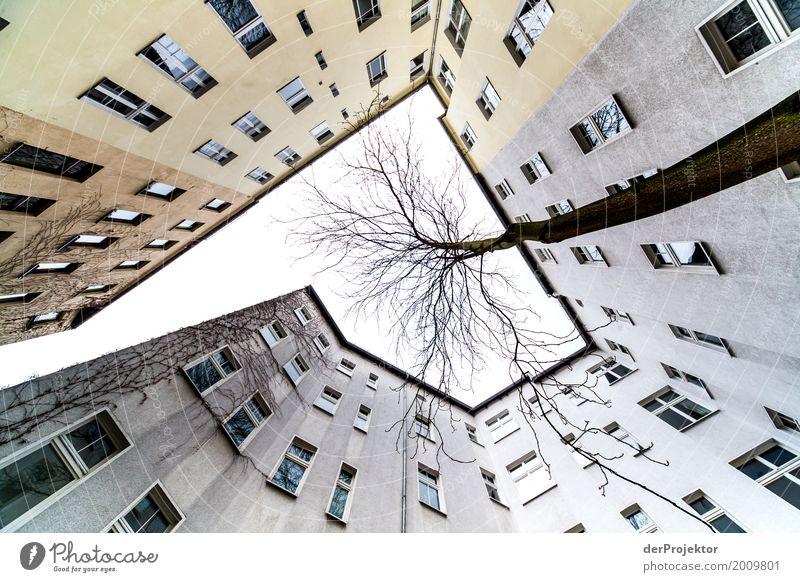 Hinterhof mit Blick in den Himmel VII trist Textfreiraum unten Textfreiraum links mehrfarbig immobilie hauskauf Immobilienmarkt Ferien & Urlaub & Reisen