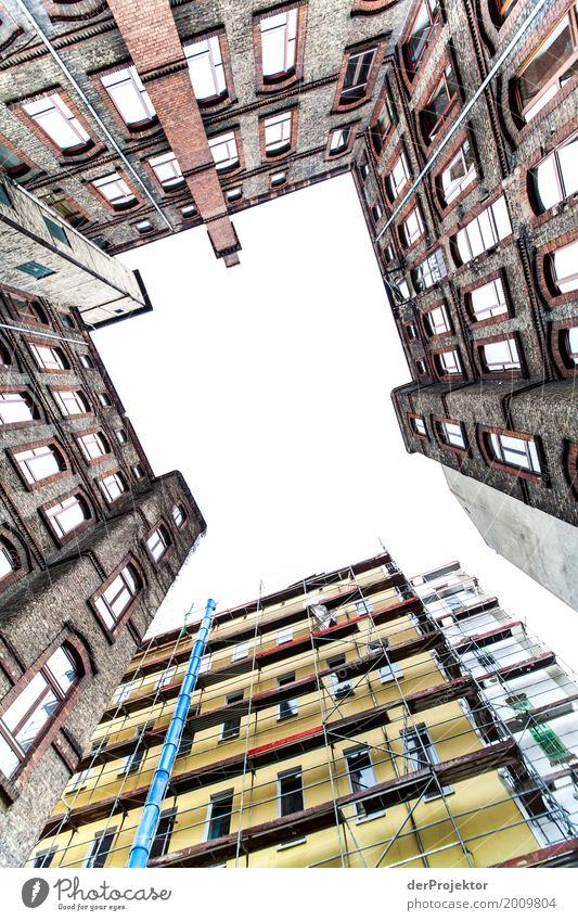 Hinterhof mit Blick in den Himmel I trist Textfreiraum unten Textfreiraum links mehrfarbig immobilie hauskauf Immobilienmarkt Ferien & Urlaub & Reisen Tourismus