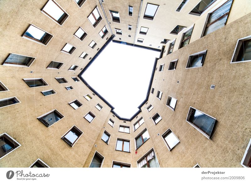 Hinterhof mit Blick in den Himmel III trist Textfreiraum unten Textfreiraum links mehrfarbig immobilie hauskauf Immobilienmarkt Ferien & Urlaub & Reisen
