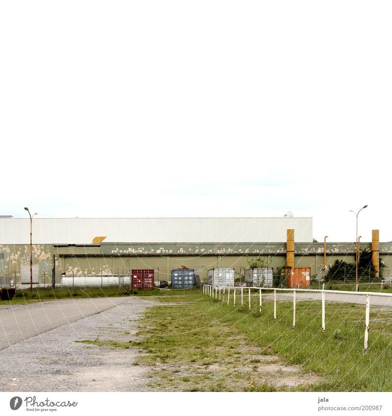 parkplatz Arbeit & Erwerbstätigkeit Fabrik Industrie Handel Güterverkehr & Logistik Mittelstand Stadtrand Industrieanlage Platz Bauwerk Gebäude trist Parkplatz