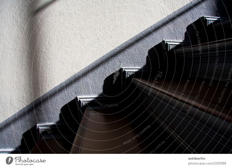 Treppe Niveau Treppenhaus steigen aufsteigen Abstieg Karriere Lebenslauf Klettern Haus Häusliches Leben Wand Stadthaus Licht Schatten dunkel