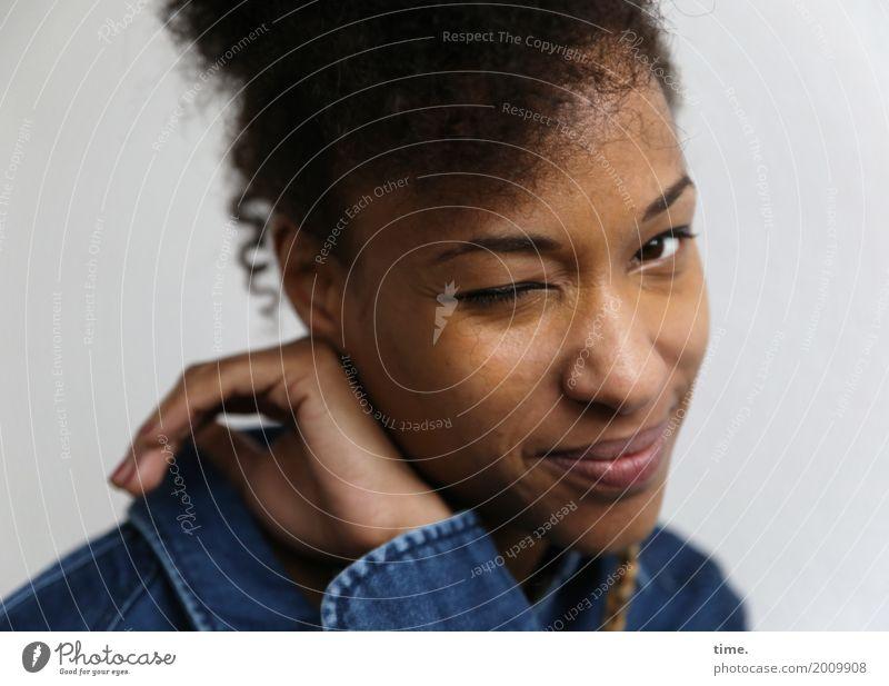 . Mensch Frau schön Erwachsene Leben feminin Glück Haare & Frisuren Stimmung Zufriedenheit Lebensfreude beobachten Freundlichkeit Neugier entdecken festhalten