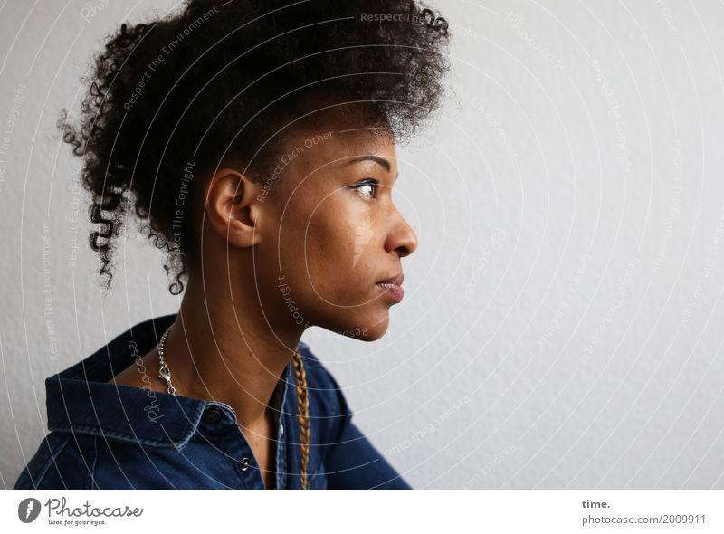 . feminin Frau Erwachsene 1 Mensch Hemd Schmuck Halskette Haare & Frisuren brünett langhaarig Zopf beobachten Denken Blick warten außergewöhnlich schön