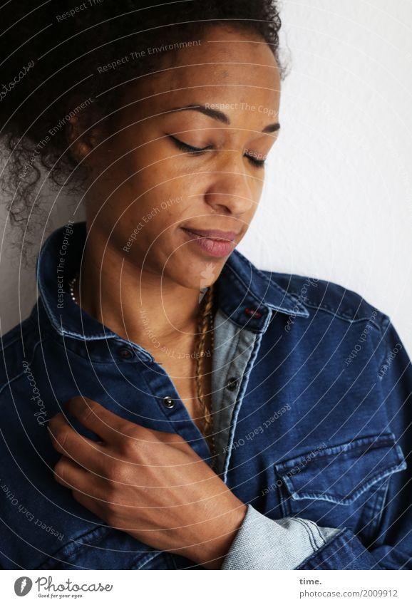 . Mensch Frau schön Erwachsene feminin Glück Haare & Frisuren träumen Zufriedenheit genießen berühren festhalten Konzentration Inspiration langhaarig Hemd