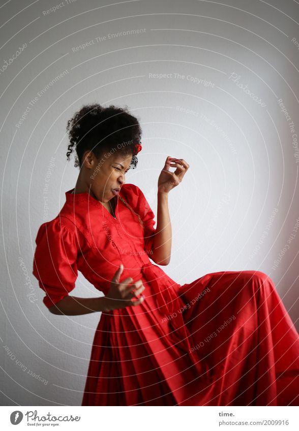 Musik | air grooves feminin Frau Erwachsene 1 Mensch Tanzen Tänzer Luftgitarre Kleid Hut Haare & Frisuren brünett langhaarig Locken Afro-Look Bewegung drehen