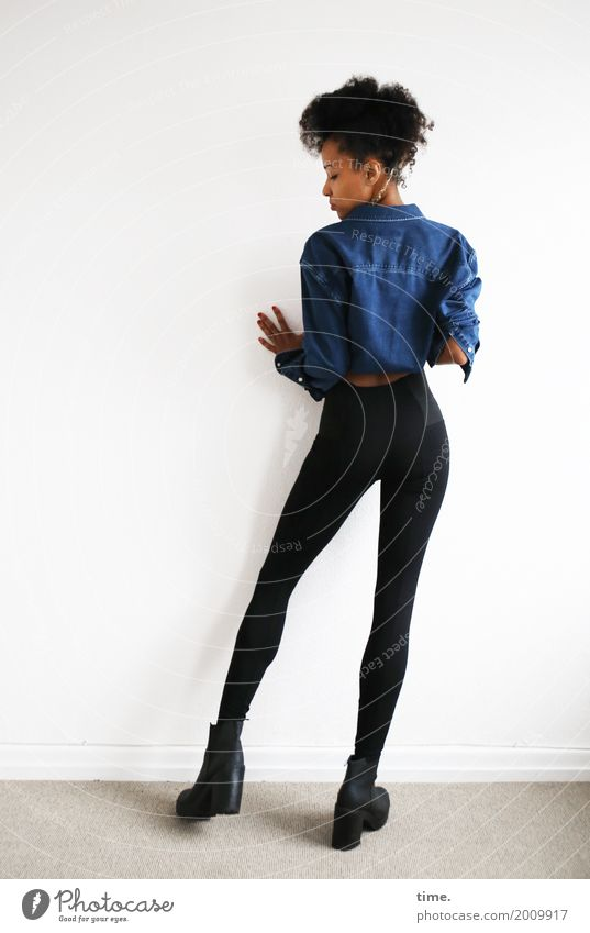 . Raum feminin Frau Erwachsene 1 Mensch Hemd Hose Stiefel Haare & Frisuren schwarzhaarig langhaarig Zopf Afro-Look beobachten Blick stehen schön selbstbewußt