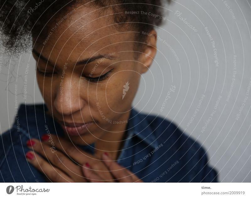 . Mensch Frau schön Erholung ruhig Erwachsene Traurigkeit feminin Glück Haare & Frisuren Denken träumen Zufriedenheit genießen Warmherzigkeit Romantik