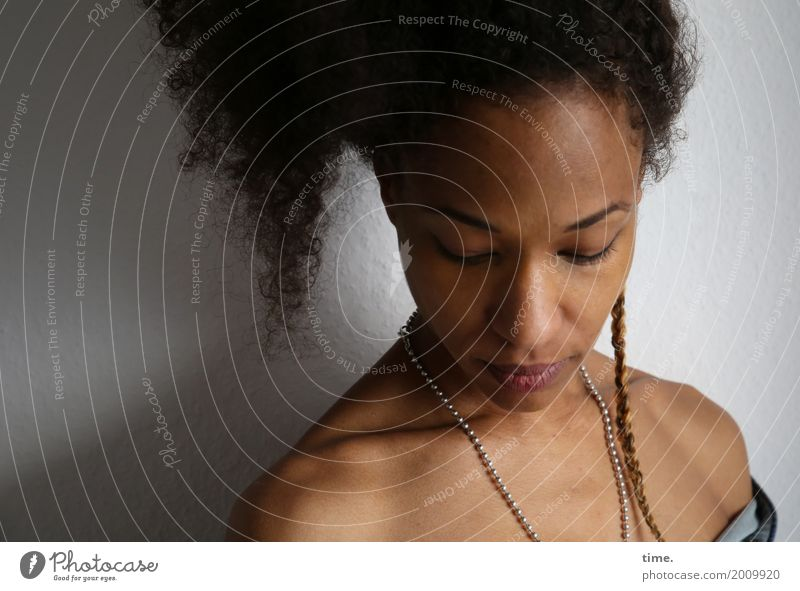 . Mensch Frau schön Einsamkeit Erwachsene Traurigkeit Gefühle feminin Haare & Frisuren träumen Raum weich Schmerz Konzentration Inspiration Hemd