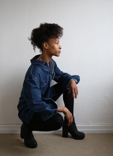 . Raum feminin Frau Erwachsene 1 Mensch Hemd Trainingshose Stiefel Haare & Frisuren brünett langhaarig beobachten Blick schön selbstbewußt Wachsamkeit geduldig