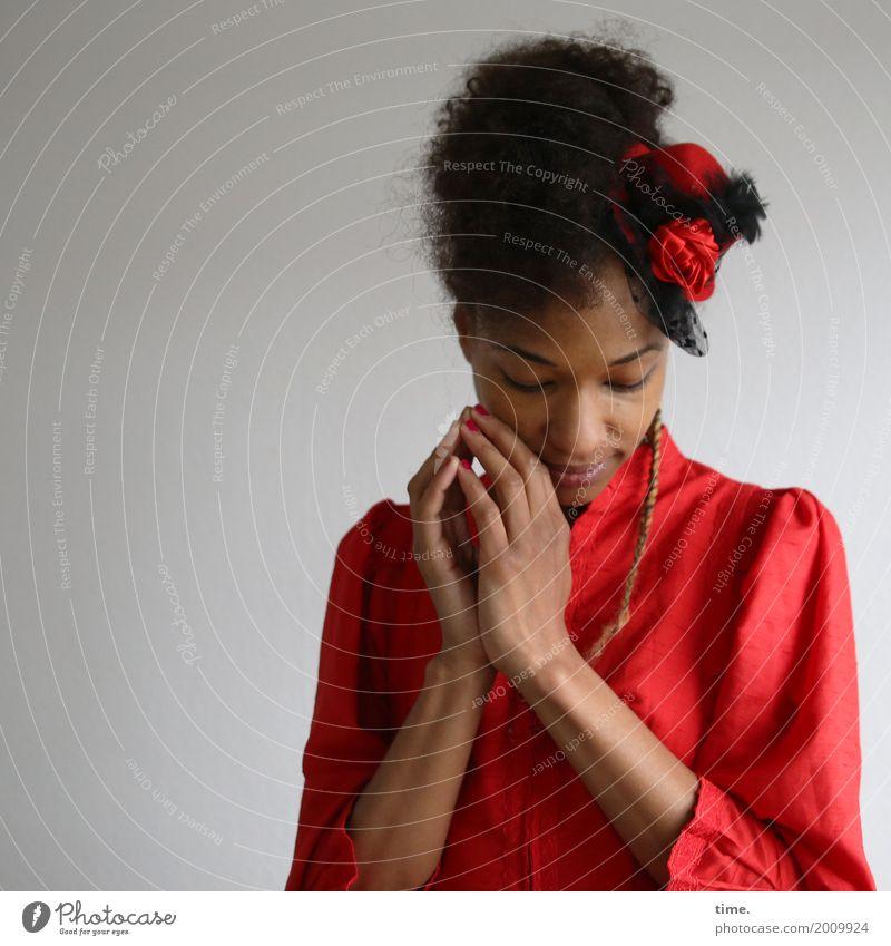 . feminin Frau Erwachsene 1 Mensch Kleid Hut Haare & Frisuren schwarzhaarig Locken Zopf Afro-Look Denken Erholung festhalten Lächeln träumen ästhetisch schön