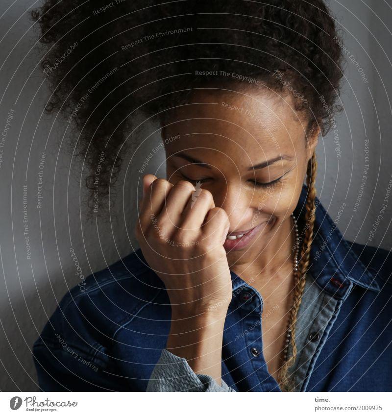. Mensch Frau schön Erwachsene Leben feminin Glück Haare & Frisuren Lächeln Lebensfreude Hemd brünett Locken Afro-Look