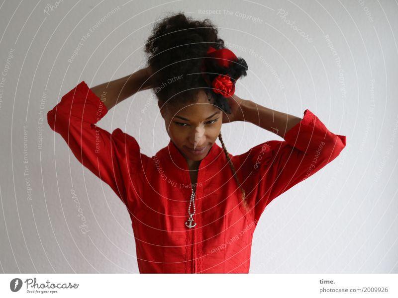 . feminin Frau Erwachsene 1 Mensch Kleid Schmuck Halskette Hut schwarzhaarig langhaarig Locken Zopf beobachten Denken festhalten Blick außergewöhnlich schön