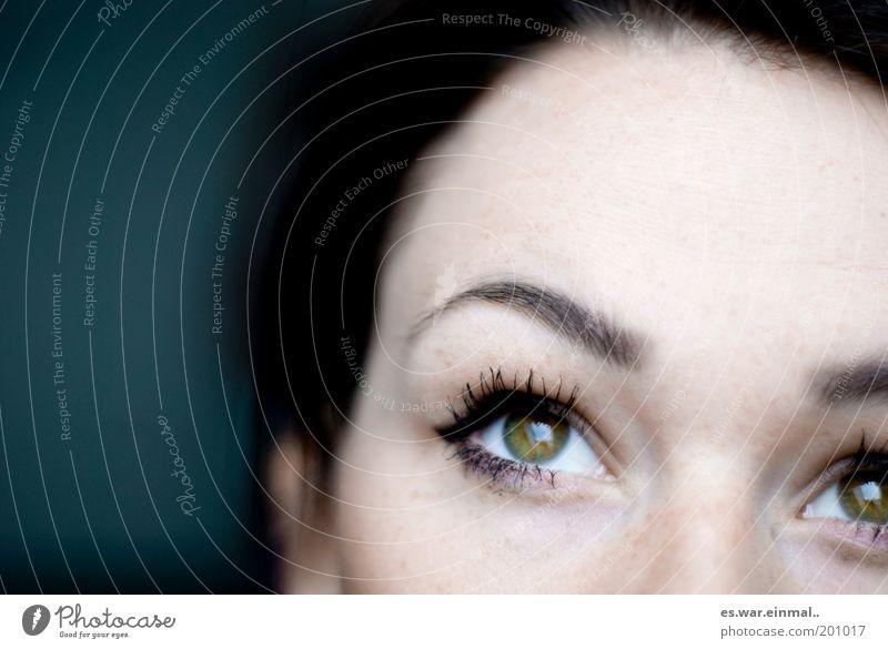 wo ich hinseh. Frau Erwachsene Auge Denken träumen schön grün Hoffnung Glaube Wimperntusche Augenbraue verträumt Blick feminin Blick nach oben Zukunft Farbfoto