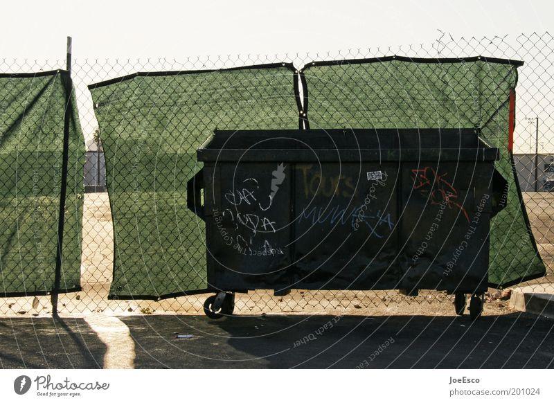 wegwerfgesellschaft Himmel Leben dunkel dreckig bedrohlich USA Ende Müll Zaun Reichtum trashig Container Müllbehälter verdeckt Laster