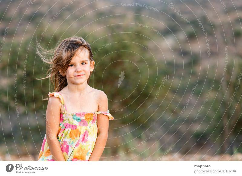 Schüchtern... Gesicht Kind Mensch feminin Mädchen Kindheit 1 3-8 Jahre Natur Landschaft Kleid Lächeln stehen träumen blond Freundlichkeit niedlich Stimmung